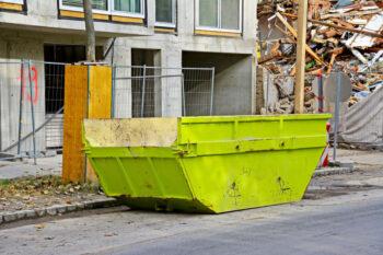 Kontener na gruz przy placu budowy