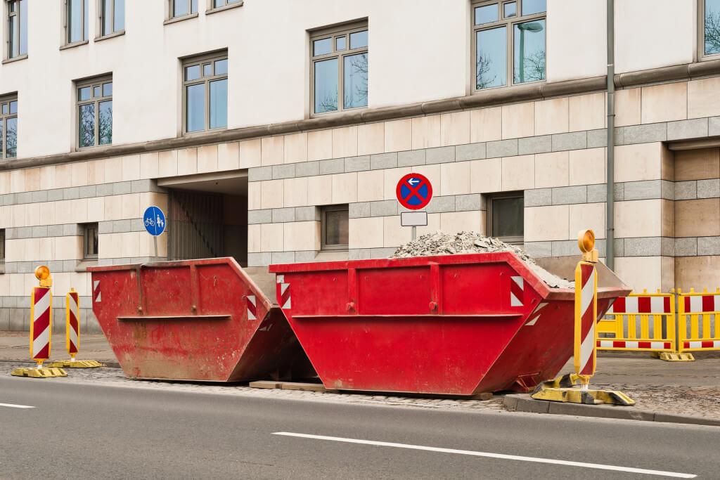 Postawienie kontenerów na chodniku wymaga uzyskania pozwolenia