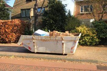 Odpady poremontowe umieszczone w kontenerze na gruz