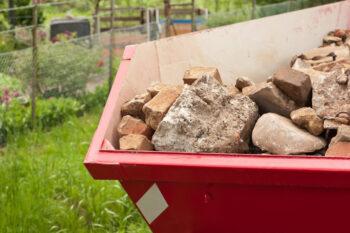 Kontener na gruz wypełniony odpadami do utylizacji