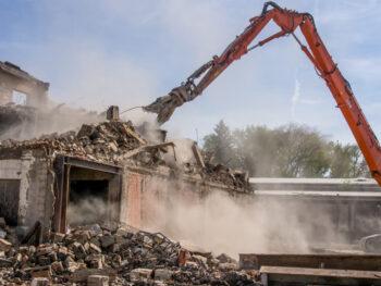 Rozbiórka budynku gospodarczego - czy warto wynająć kontener na odpady?