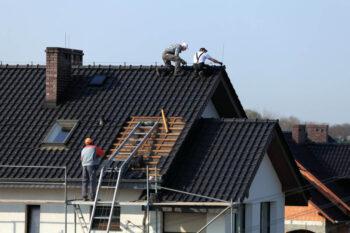 Wymiana dachu - zadbaj o pozwolenia i kontener na odpady