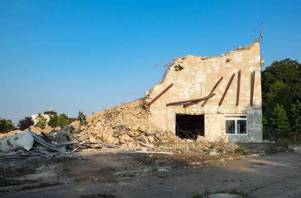 Jak pozbyć się odpadów po rozbiórce budynku?