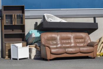 Gdzie wyrzucić materac i kanapę - poradnik o wywozie mebli