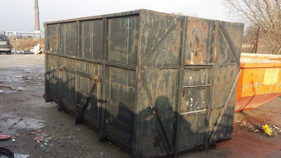 Czarny kontener na gruz i odpady