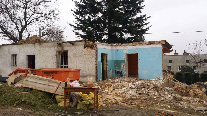 Rozbiórka budynku, załadunek kontenera na śmieci