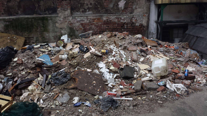 Sprzątnie podwórka, odpady budowlane